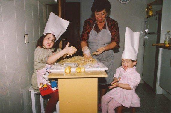 yo de peque haciendo roscos con mi yaya y mi hermana